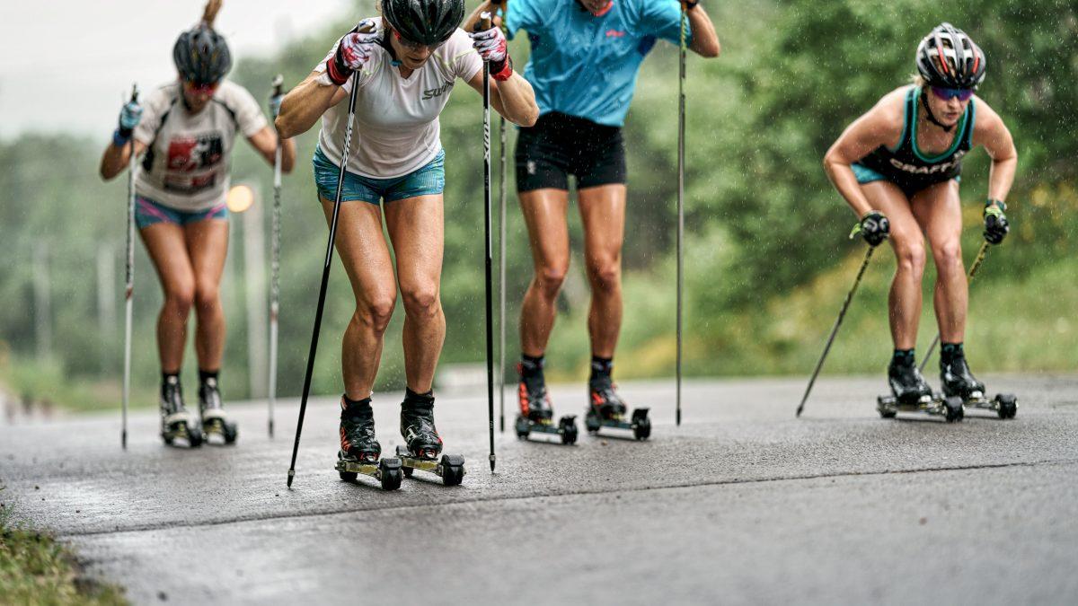Athletes ski à roulette dans la pluie