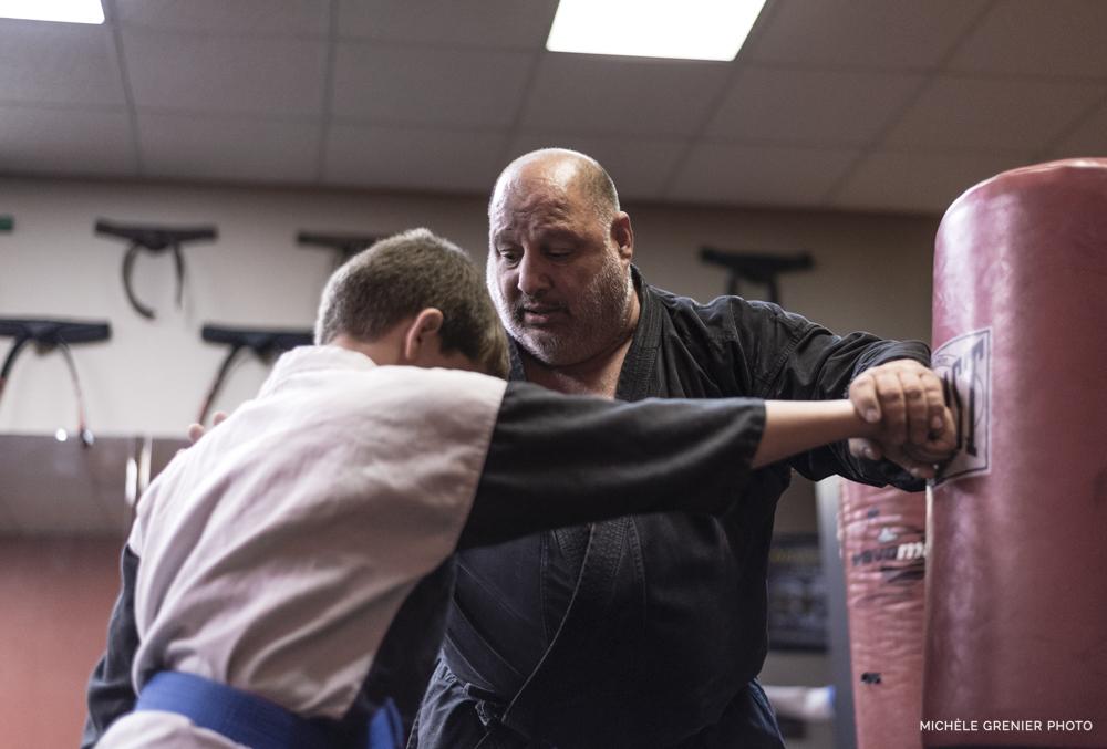 Vanelli enseigne le karaté à un étudiant en basse lumière