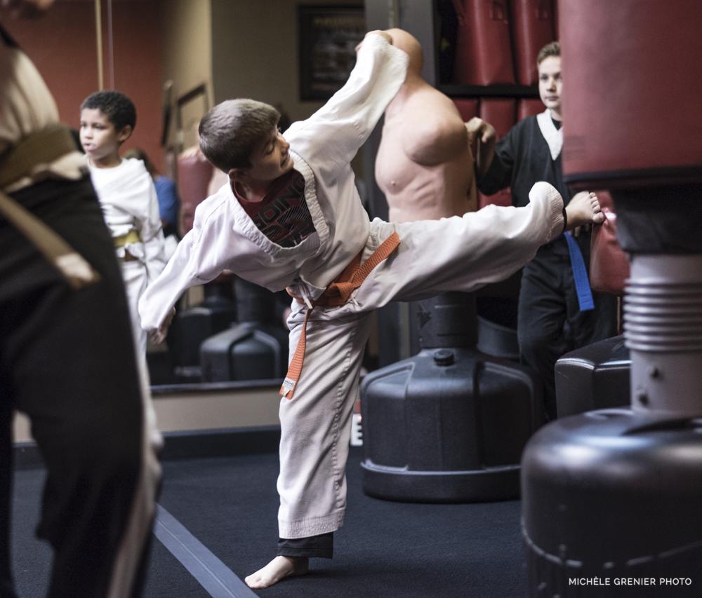 Un élève de karaté pratique son coup de pied