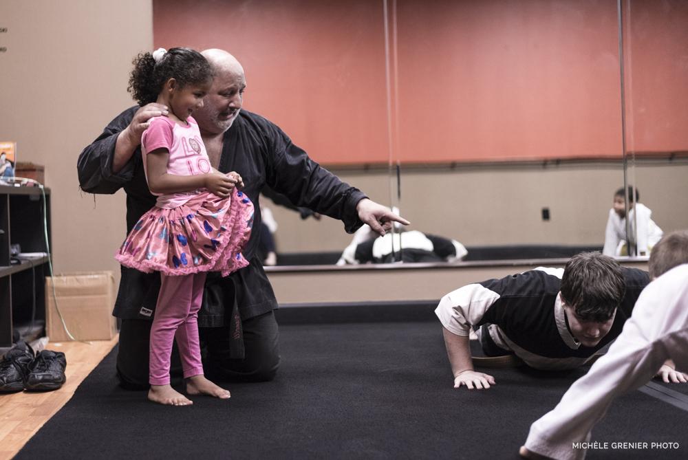 Vanelli parle à une petite fille au karaté